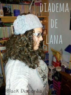 Black Discordia: Diadema con flor a crochet Lana, Winter Hats, Beanie, Fashion, Head Bands, Caps Hats, Winter, Creativity, Crocheting
