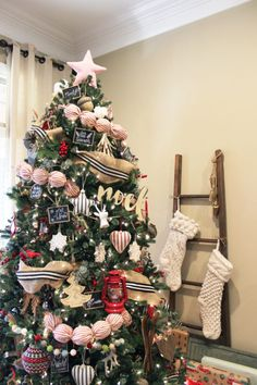 Traditional Rustic Christmas Decor French Christmas, Rustic Christmas, Christmas Fun, Christmas Tablescapes, Christmas Mantels, Christmas Wreaths, Tree Decorations, Christmas Decorations, Holiday Decor