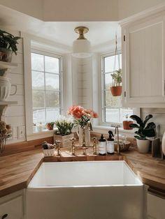 Dream Home Design, Home Interior Design, House Design, Home Decor Kitchen, Home Kitchens, Kitchen Window Decor, Room Window, Kitchen Nook, Kitchen Interior