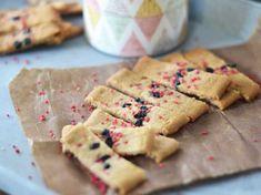 Inte bara 7, utan hela 14 stycken av våra mest uppskattade småkakor hittar du här. Alltifrån Birgitta Rasmussons omåttligt populära hallongrottor till Roy Fares galet goda kolasnittar. En sak är säker - dessa småkakor lär inte bli långlivade på kakfatet. Fika, Chocolate Chips, Nutella, Box, Cooking Recipes, Bread, Cookies, Breakfast, Desserts