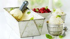 Aitoa vaniljaa sisältävä itse tehty vaniljajäätelö on kermaisen täyteläinen herkku. Glukoosisiirappi antaa jäätelölle sileän rakenteen. Resepti vain noin 1,10 €/annos*. No Bake Desserts, Feta, Ice Cream, Snacks, Baking, Breakfast, Sweet Stuff, Drinks, No Churn Ice Cream