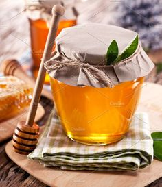 Glass cans full of honey Tea Restaurant, Restaurant Design, Bee Pictures, Fruits Photos, Bee Honeycomb, Maila, Honey Recipes, Honey Lemon, Milk And Honey
