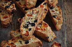 Бискотти - это знаменитая итальянская сладость, которую очень легко приготовить в домашних условиях. Тесто для бискотти формуют в виде батона и отправляют в духовку, а после разрезают на ломтики и снова выпекают (название «Бискотти» так и переводится - «печенье, выпеченное дважды»). Добавки д