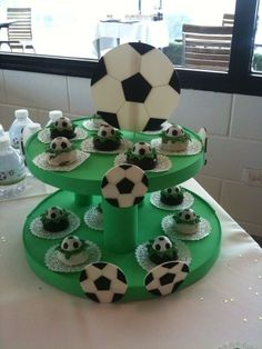 How can I, as a beginner, build an etager myself? - New Decoration ideas Soccer Birthday Parties, Soccer Party, Sports Party, Girl Birthday, Homemade Cake Stands, Homemade Cakes, Soccer Theme, Party Eyes, Diy Cake