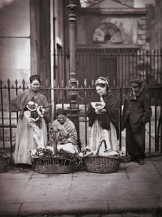 vintage everyday: Old Pictures of London in Victorian Era. Victorian flower sellers at Covent Garden. Victorian Street, Victorian Life, Victorian London, Victorian History, Victorian Women, Tudor History, Vintage London, Vintage Pictures, Old Pictures
