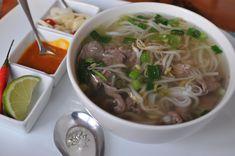 Levesmániás családból származom, egész gyerekkoromban minden áldott nap ettem levest ebédre. Valószínűleg ez lehet az oka, hogy annyira vonzanak az ázsiai gigantikus, fűszeres, tésztás levesek. Közülük is a legnagyobb kedvencem a vietnámi pho, amit szerencsére már sok helyen… Okra, Budapest, Pesto, Vietnam, Soup, Japanese, Ethnic Recipes, Gumbo, Japanese Language