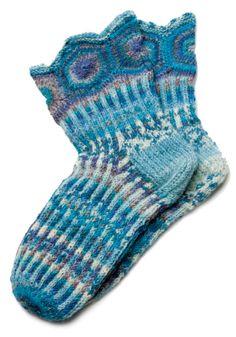 Leena-Kaisa Karilahden sinisävyiset villasukat saivat   1. palkinnon Suuressa sukkakilpailussa.
