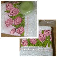 Toalhinha personalizada + embalagem presente + sabonte: Pintada a mão com aplique em  renda. Encomendas: silrocha@hotmail.com