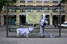La obra 'Exode', del artista Levalet, en París en 2015.