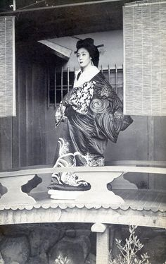 Oiran standing in front of her residence. Oiran were prostitutes /courtesans (geisha by definition were respected entertainers), but the HIGHEST paid women in all of Japan. It was a coveted position if you were already part of this world. Japanese Geisha, Japanese Beauty, Japanese Kimono, Vintage Japanese, Japanese History, Japanese Culture, Taisho Era, Memoirs Of A Geisha, Japanese Photography