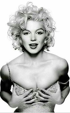 This photo is actually not entirely Marilyn. It is a very nice photo-shop combination of Marilyn and Madonna. Notice the body of Madonna is more muscular and toned compared to the curvy Marilyn. it works! Marylin Monroe, Fotos Marilyn Monroe, Marilyn Monroe Makeup, Marilyn Monroe Style, Patrick Demarchelier, Divas, Madona, Photos Rares, Norma Jeane