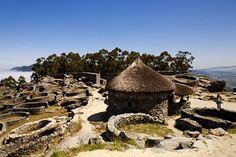 Monte de Santa Tecla, yacimiento arqueológico en el que se descubrió el emblemático Castro de Santa  Tecla. Es el más visitado de los castros gallegos y fue declarado Monumento Histórico Artístico Nacional en el año 1931.