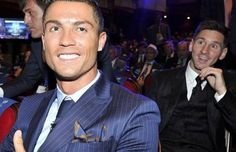 27.08 Cette image a fait le tour du web. Lionel Messi a été élu meilleur joueur UEFA devant Cristiano Ronaldo et Luis Suarez. Avec 49 voix (le plus haut total de l'histoire) contre 2 pour le Portugais (total le plus bas de l'histoire), l'Argentin avait bien de quoi se marrer dans le dos de son meilleur ennemi.Photo: Twitter