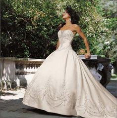 Chic bride wedding gown; fashion tips from Paris Wedding gowns style trends
