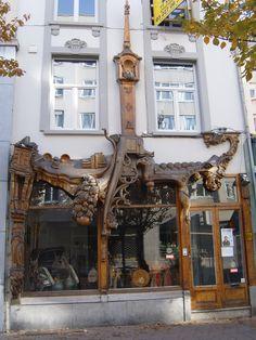 Kloosterstraat, de place to be voor antiekshops. Discover Antwerp with Citypath, the ultimate digital city platform for tourists & locals! Go to: antwerp.citypath.eu