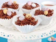 Nidi di cioccolato croccante e uova di Pasqua