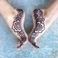 Flower feet Love the deep purple of this henna Jagua mix! #hengua #flowerfeet #betterthanshoes