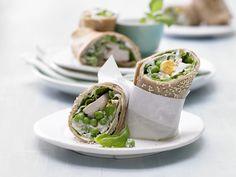 Pfannkuchen-Hähnchen-Wraps - mit Salat und Sesam - smarter - Kalorien: 464 Kcal - Zeit: 1 Std. 5 Min. | eatsmarter.de Diese Wraps lassen sich gut mitnehmen und in der Mittagspause essen.