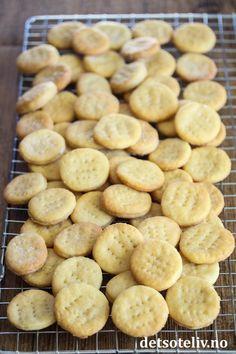 Salte kjeks (hjemmelagde Ritzkjeks) | Det søte liv Biscuits, Almond, Food And Drink, Cookies, Baking, Desserts, Recipes, German, Polish