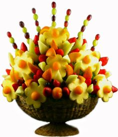 ☜(◕¨◕)☞ I want to have edible fruit bouquets at every table. Edible Crafts, Food Crafts, Edible Art, Edible Fruit Arrangements, Edible Bouquets, Food Bouquet, Fruit Creations, Food Garnishes, Garnishing