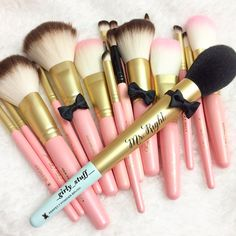 Too Faced Mr. Right brush 1