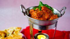 Noe av hemmeligheten bak indisk mat ligger i alle de spennende krydderblandingene.  Du kan enten kjøpe ferdigblandet garam masala-krydder i butikken eller lage den selv med denne oppskriften. Kanskje er det enklere enn du tror?  Server retten med kokt basmatiris, naanbrød, pappadums, mangochutney og raita for et skikkelig indisk festmåltid.  Tips Ghee er det mest brukte matfettet i India og kan i grunnen sammenlignes og erstattes med klaret smør. Når du smelter smør, og lar det stå litt…