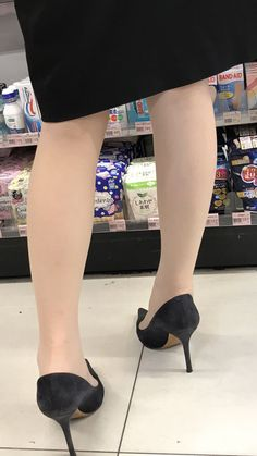 Sexy High Heels, Black Stiletto Heels, Stilettos, Pantyhose Heels, Beautiful Legs, Asian Fashion, Sexy Legs, Asian Woman, Kitten Heels