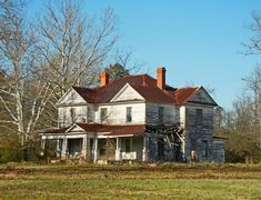 Abandoned Farm Houses, Old Abandoned Buildings, Old Farm Houses, Abandoned Mansions, Old Buildings, Abandoned Places, Abandoned Property, Abandoned Castles, Modern Buildings