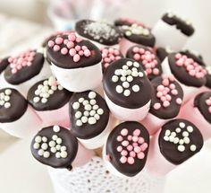 En güzel mutfak paylaşımları için kanalımıza abone olunuz. http://www.kadinika.com İyi geceler. Benim gibi marshmallow sevdalilarina ihtiyacimiz olanlar sadece  1 paket marshmallow  1 büyük paket bitter çikolata  Süsleme sekeri ve Çöp şiş çubukları  Şişlere geçirdiğimiz marshmallow lari benmari usulü erittigimiz çikolataya hafifçe batırıp kurumadan sekerlerle istediğimiz gibi susluyoruz afiyet olsun. #pink #pinklove #pembe #instafallow #likes4likes #likesforlikes #hayatburada #lifeishere…