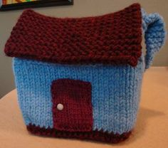 With a little embellishment and imagination, this knit bag can be both a purse and a portable dollhouse. Made from super-bulky yarn, it's sturdy and knits up quickly. It's a fun and practical gift for the little girl in your life. Baby Knitting Patterns, Knitting For Kids, Free Knitting, Knitting Projects, Crochet Patterns, Knitting Toys, Knitting Ideas, Crochet Gratis, Knit Or Crochet
