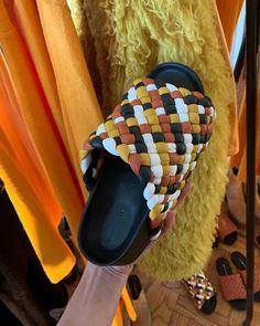 SIMON MILLER (@simonmillerusa) • Fotos y vídeos de Instagram Fur Slides, Buy Shoes, Pool Slides, Fashion Shoes, Instagram, Vegan, Sandals, Shopping, Color