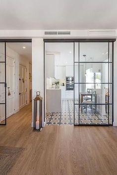 La verrière s'invite en porte coulissante dans cette cuisine Kitchen Living, Kitchen Decor, Kitchen Design, Sliding Glass Door, Sliding Doors, Garage Doors, Interior Decorating, Interior Design, Cuisines Design