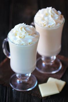 This delicious Homemade White Hot Chocolate Recipe is the best way to warm up this winter! Delicious white hot chocolate recipe is SO easy to make homemade, and easy to make with your favorite kind of milk (or cream)! Yummy Drinks, Yummy Food, Tasty, Juice Drinks, Chocolate Caliente, Hot Chocolate Recipes, Chocolate Chocolate, Starbucks White Hot Chocolate Recipe, Chocolate Milkshake