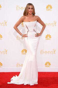 Sofia Vergara Premios Emmy 2014.  La actriz de Modern Family escogió un vestido blanco de Roberto Cavalli que combinó con zapatos de Brian Atwood y una infinita melena suelta.