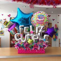 Desea un Feliz Cumple  al estilo #JoliandGift  Opción lista y disponible para que sorprendas a esa persona especial ✨ Birthday Candy, Birthday Balloons, Diy Birthday, Birthday Gifts, Balloon Box, Balloon Gift, Balloon Bouquet, Balloon Centerpieces, Balloon Decorations