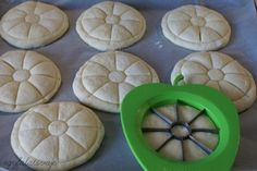 Mohnbrötchen (magyar) although this site is not translated, I'm guessing it's a poppyseed bread roll . What I like is the design when it's done baking! Focaccia Pizza, Hungarian Recipes, Hungarian Food, Bread Shaping, Homemade Pasta, Scones, Recipies, Rolls, Sweet