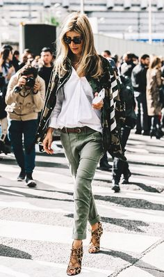 Idée et inspiration look d'été tendance 2017 Image Description Fashion girls have been wearing green pants instead of regular jeans. Shop our favorite 20 pairs.