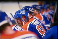 Gretzky on the bench Wayne Gretzky, Edmonton Oilers, Mlb Teams, Ready To Play, Hockey Players, Way Of Life, Ice Hockey, Soccer, Football