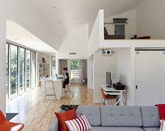 Esta pequena casa, projetada pelo KEM Studio, tem uma atmosfera agradável e aconchegante. O foco aqui foi, apesar da restrição de espaço, criar ambientes p