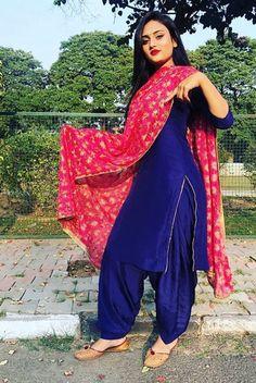 Beautiful Indian Women in Stunning Sarees Patiala Suit Designs, Salwar Designs, Kurti Neck Designs, Kurta Designs Women, Kurti Designs Party Wear, Dress Designs, Punjabi Fashion, Indian Fashion Dresses, Dress Indian Style