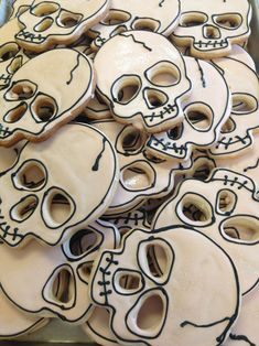 Super cute Skull Cookies for Halloween! Halloween Desserts, Postres Halloween, Halloween Cookies Decorated, Halloween Sugar Cookies, Halloween Goodies, Halloween Food For Party, Halloween Decorations, Decorated Cookies, Halloween Biscuits