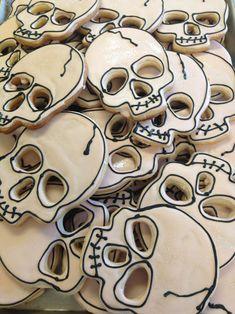 Super cute Skull Cookies for Halloween! Halloween Desserts, Postres Halloween, Halloween Sugar Cookies, Halloween Goodies, Halloween Food For Party, Halloween Biscuits, Halloween Cookie Cutters, Halloween Season, Iced Cookies