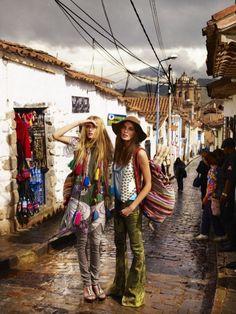 Daria Werbowy & Lily Donaldson by Mario Testino for Vogue UK March 2008 Hippie Chic, Boho Chic, Hippie Style, Hippie Elegante, Hippie Bohemian, Gypsy Style, Boho Gypsy, Bohemian Style, Bohemian Clothing