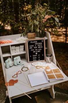 Discover recipes, home ideas, style inspiration and other ideas to try. Cute Wedding Ideas, Wedding Goals, Perfect Wedding, Dream Wedding, Wedding Day, Creative Wedding Ideas, Wedding Ideas For Guests, Guest Book Ideas For Wedding, Different Wedding Ideas