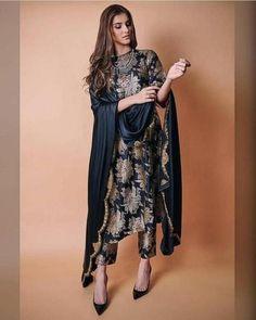 Pakistani Fashion Party Wear, Pakistani Dresses Casual, Indian Fashion Dresses, Dress Indian Style, Pakistani Dress Design, India Fashion, Fashion 2020, Indian Gowns, Latest Pakistani Fashion