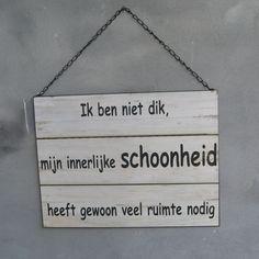 Landelijk wit humor tekstbord, deze ga ik onthouden! 'Ik ben niet dik, mijn innerlijke schoonheid heeft gewoon veel ruimte nodig'.