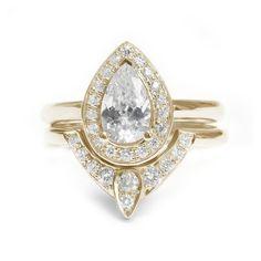 Ovale diamanten verlovingsring, met bijpassende diamant band ♥ Elegant en uniek  ♥ Ring gemaakt met grote zorg van 14k / 18k / white goud / geel goud / rose goud. Kies in de lijst opties.  ♥ Center peer vormig minimum gewicht van de diamant is 0.7 karaat (!) PEAR Shaped diamant, kleur F-H, duidelijkheid SI1-SI2.  ♥ De ringen veren kant diamanten in totale diamant gewicht van iets meer dan 0.2 karaat (!) GVS kwaliteit.  ♥ Ring komt met IGL sieraden certificaat.  Eerste klasse ♥ gratis…