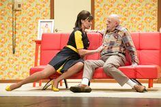 Een theaterstuk waarbij de man in een wel heel rare, grappige positie zit. Een vrouw die de controle neemt over een man, waarop de man zijn twijfels heeft.