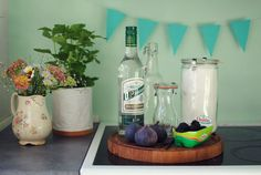 Hjemmelavet snaps med brombær og figner (via Bloglovin.com ) Vodka Shots, Spiritus, A Food, Vanilje, Alcohol, Favorite Recipes, Homemade, Liquor, Diy Crafts