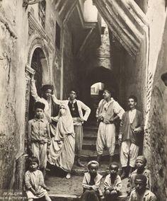 People of the Algiers's Casbah, end of nineteenth century  Quelques habitants de la rue de la Mer Rouge Alger, fin du 19ème / début du 20ème siècle